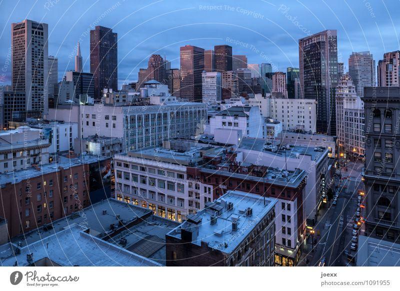 Straße von San Francisco Stadt Skyline Haus Hochhaus hoch Farbfoto Gedeckte Farben Außenaufnahme Abend Dämmerung Kunstlicht Starke Tiefenschärfe