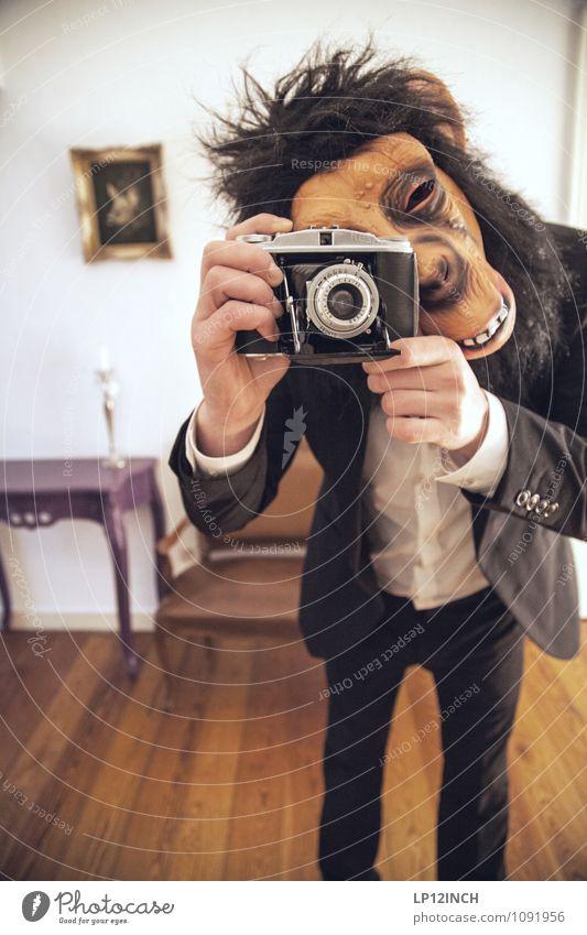 SELFIE AFFEN. II Mensch Mann Freude Erwachsene Mode Wohnung maskulin Körper Fröhlichkeit verrückt retro Fotokamera gruselig Maske Anzug bizarr