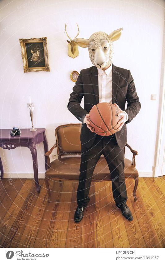 SCHAFSballSPIELER. IX Mensch Jugendliche Mann Tier 18-30 Jahre Erwachsene Sport Körper Erfolg verrückt festhalten Körperhaltung Bank Fotokamera trendy Maske