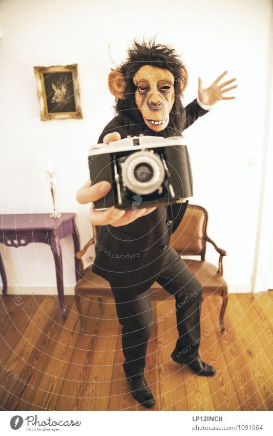 SELFIE AFFEN. IV maskulin Junger Mann Jugendliche Erwachsene 1 Mensch Anzug Affen Tier Fotografieren Fotokamera gebrauchen Krankheit Stadt verrückt Freude