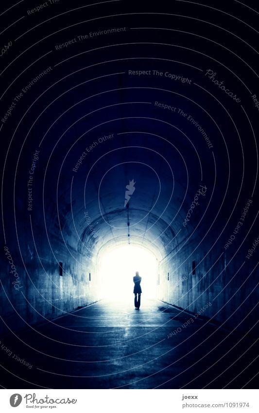 Endlichunendlich Frau Erwachsene 1 Mensch Tunnel gehen laufen alt frei Unendlichkeit blau schwarz weiß Gefühle Stimmung Kraft Tatkraft Akzeptanz Vertrauen
