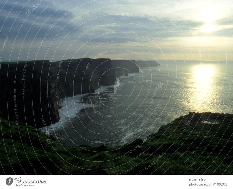 ein genialer Ort Klippe Meer steil tosend schwarz Cliffs of Moher Ereignisse beeindruckend Fernweh Stolz Dublin Herbst Republik Irland Abend Sonne Stein hoch
