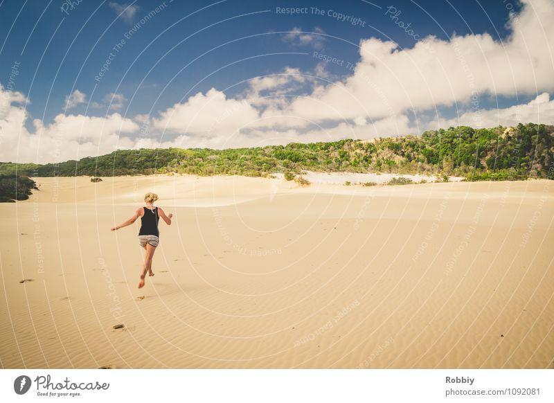Über den Dünen... Frau Erwachsene 1 Mensch Natur Landschaft Sand Himmel Insel Fraser Island Wüste Oase Australien + Ozeanien Stranddüne Fußspur entdecken laufen