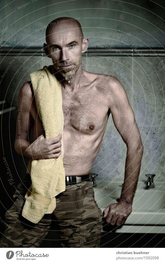 Mann im Bad Stadt nackt schön dunkel Erwachsene Leben außergewöhnlich Mode maskulin Kraft modern authentisch stehen ästhetisch Fitness einzigartig