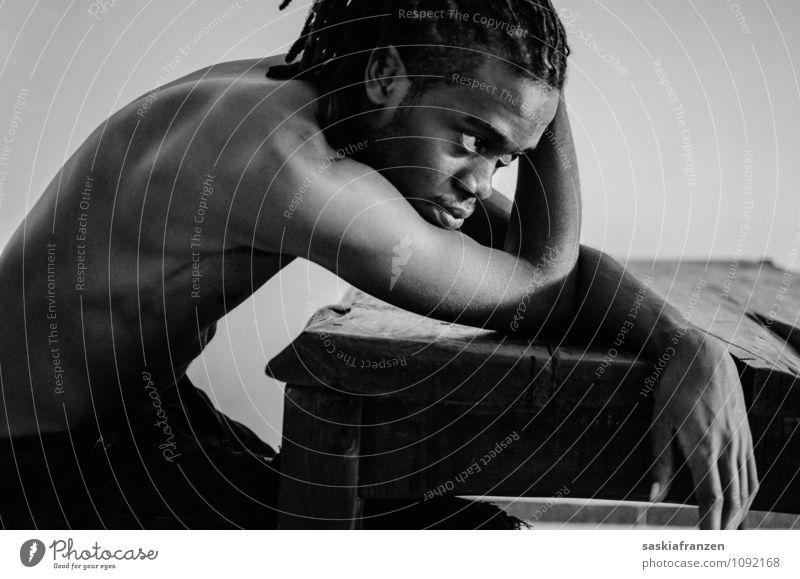 Lost in thoughts. Mensch Jugendliche Einsamkeit ruhig Junger Mann 18-30 Jahre Erwachsene Traurigkeit Gefühle Haare & Frisuren Stimmung maskulin sitzen Tisch Hoffnung Sehnsucht