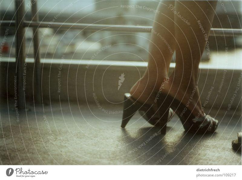 Luzi und Dietmar Damenschuhe verlegen schwarz Licht ohne Flirten Körperhaltung Wasserfahrzeug dunkel Sommer silber Treppenabsatz Schatten Beine Fuß Haut