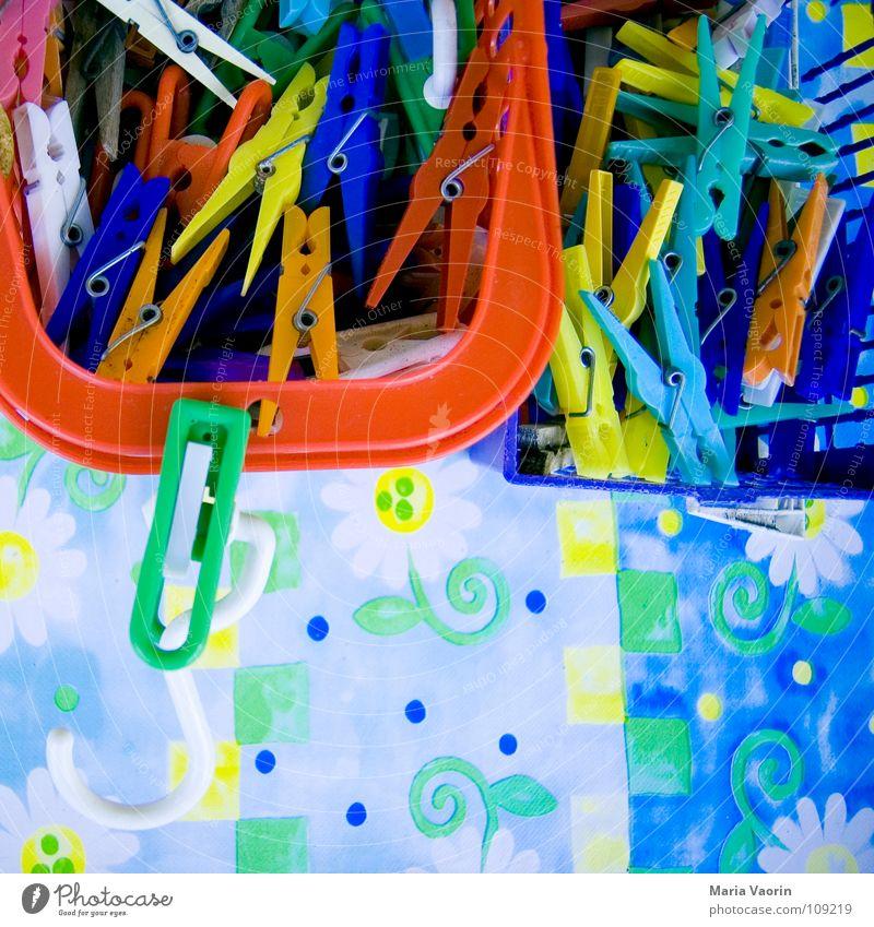 Klammersortierungsanlage nass Unwetter einklemmen Wäsche Wäscheleine hängen aufhängen trocknen mehrfarbig verrückt Korb Behälter u. Gefäße sortieren Haushalt