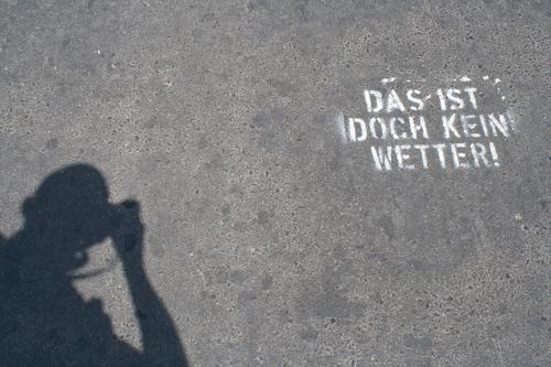 Das ist doch ein Wetter! Mensch Jugendliche Mann Junger Mann weiß Freude 18-30 Jahre Erwachsene Graffiti Wand Stil Mauer Freiheit Kopf Fassade grau