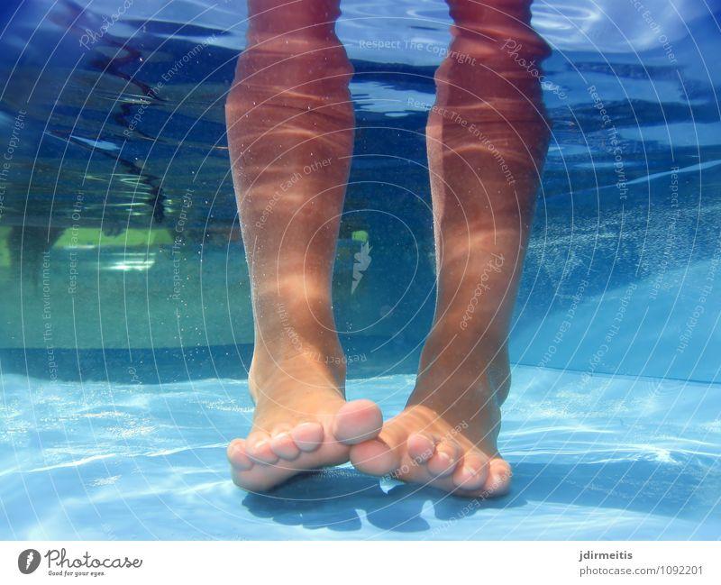 Abkühlung Mensch Kind Ferien & Urlaub & Reisen blau Wasser Sommer Sonne Erholung Freude kalt Wärme Spielen Schwimmen & Baden Beine Fuß Freizeit & Hobby