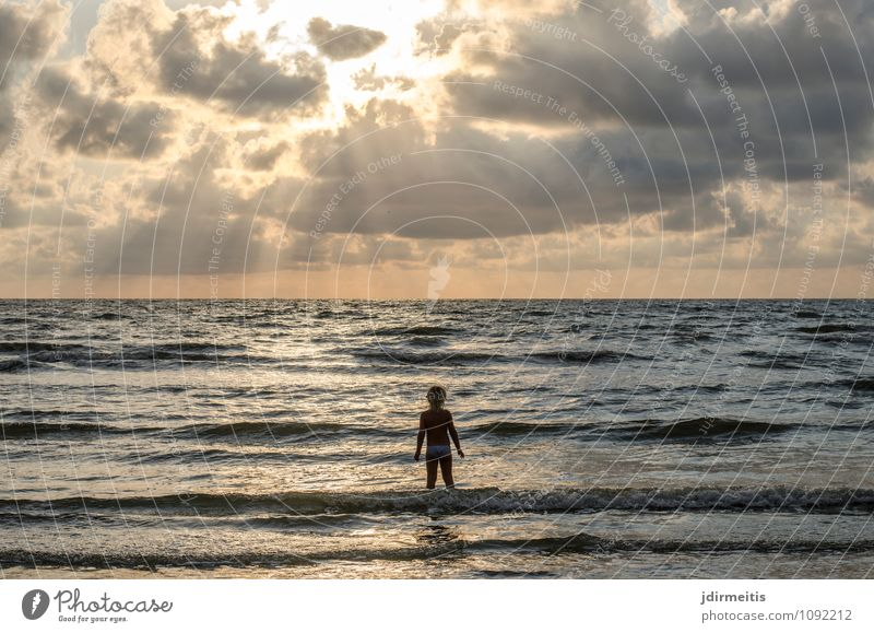 am Strand Mensch Himmel Kind Natur Ferien & Urlaub & Reisen Wasser Sommer Meer Landschaft Wolken Mädchen Ferne Umwelt feminin Küste