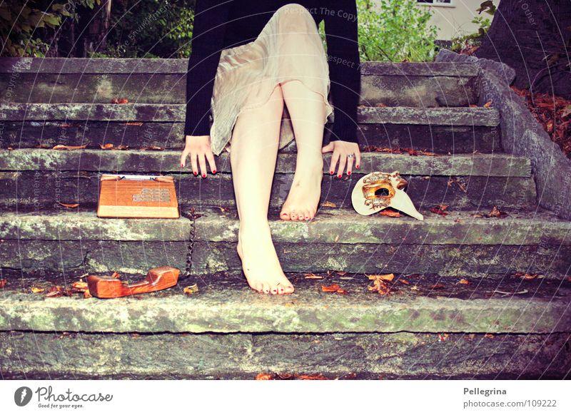 carneval de paris 2 Frau Hand grün schwarz Beine Fuß sitzen Treppe liegen Italien Telefon Maske Karneval Steg Publikum
