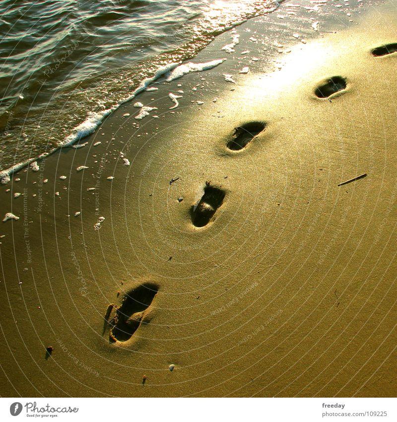 ::: Spuren im Sand ::: Ferien & Urlaub & Reisen schön Sommer Wasser Sonne Meer Erholung Einsamkeit ruhig Strand Wege & Pfade Fuß gehen Sand Erde Wellen