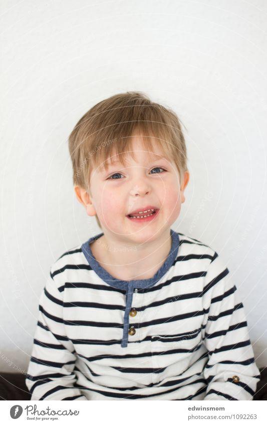 Haare ab maskulin Kind Junge Kindheit Gesicht 1 Mensch 3-8 Jahre Haare & Frisuren blond kurzhaarig Lächeln Blick sitzen sprechen Fröhlichkeit hell neu niedlich