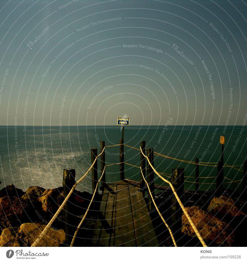 proprieta privata Himmel Meer ruhig Wolken Einsamkeit dunkel Wärme Schilder & Markierungen Felsen Physik Hinweisschild Steg Geländer Klippe Mittelmeer