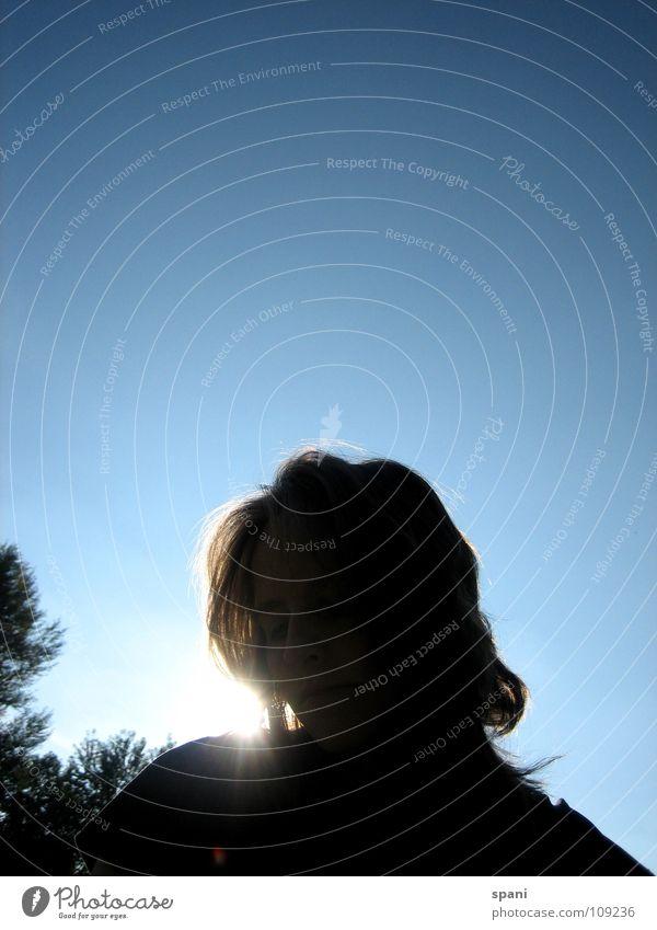 Stadtpark III Sonnenstrahlen Silhouette Frau Baum Horizont Gegenlicht Himmel Blauer Himmel Haare & Frisuren Gesicht Kopf