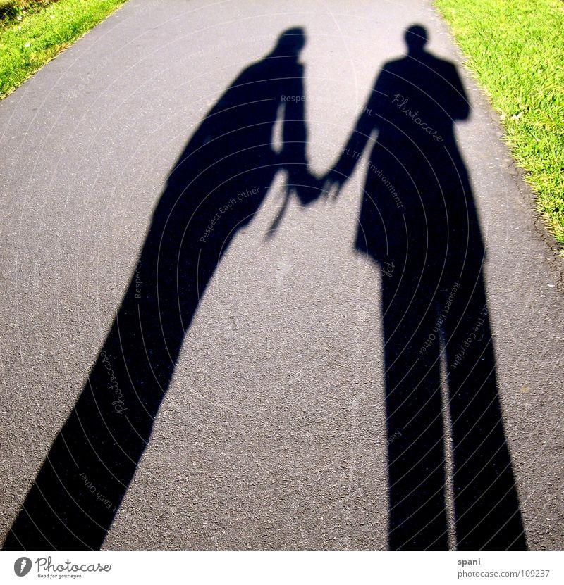 Freundschaft Schattenspiel grün Wiese Sonnenlicht Mann Frau Zusammensein Liebe Wege & Pfade Straße Perspektive Mensch Paar Verbindung Trennung tiefstehene Sonen