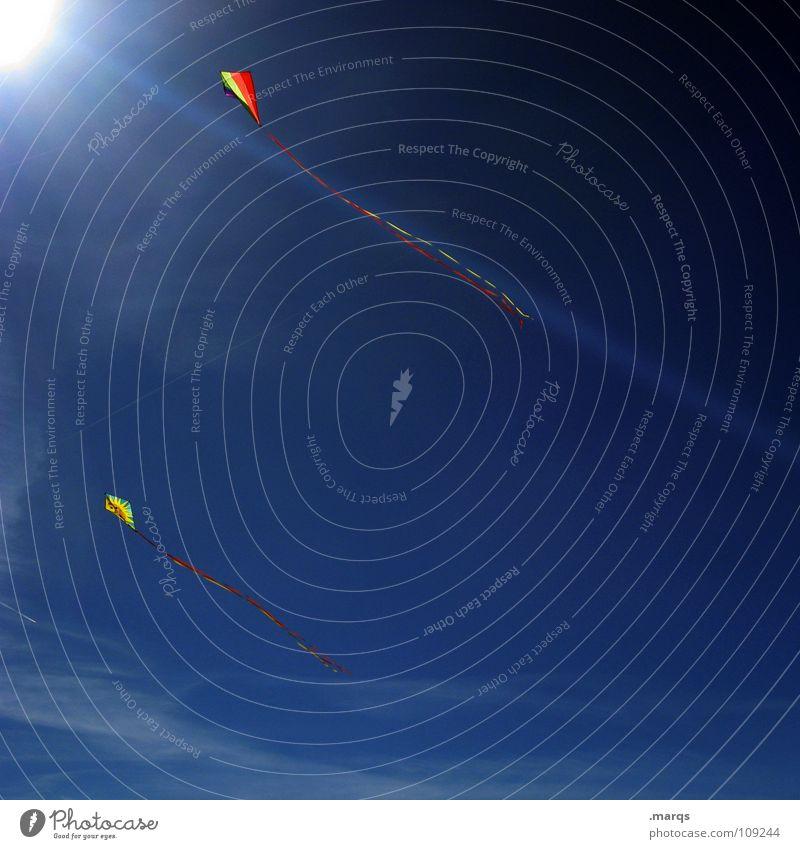 (to) fly a kite Sonnenstrahlen mehrfarbig steigen flattern laufen Herbst Spielen führen Flugzeug Kiting Kondensstreifen Freude Himmel Beleuchtung Lampe blau