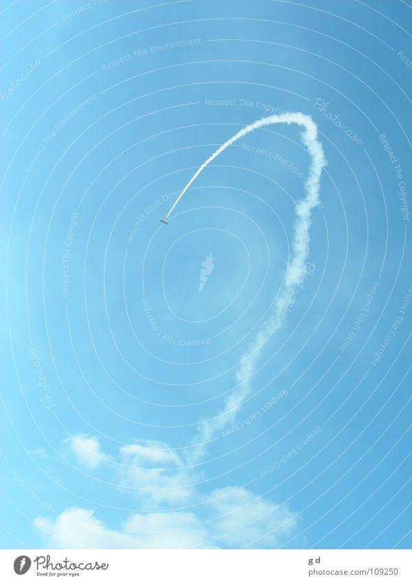 Es war einmal der Traum vom Fliegen... Himmel weiß blau Wolken Flugzeug Geschwindigkeit Luftverkehr Rauch Kurve Modellflugzeug