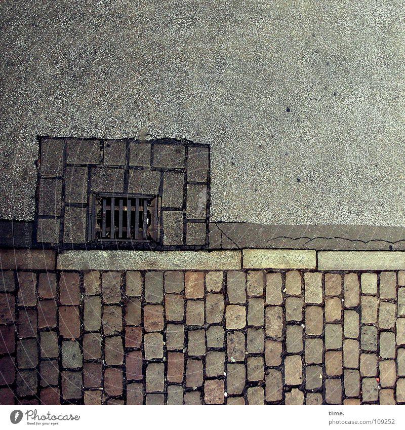 Noch ein Tor zur Unterwelt [III] Gedeckte Farben Außenaufnahme Dienstleistungsgewerbe Verkehrswege Straße Metall grau rot Abfluss Gully Bordsteinkante Teer