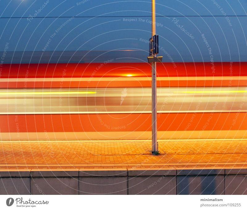 Gleis eins Eisenbahn Langzeitbelichtung Bahnsteig Köln rot Bahnhof Verkehr Exposure Bewegung blau orange