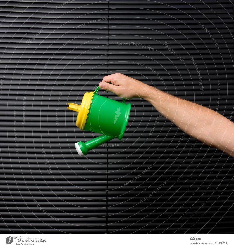 gieß mich! gießen Gießkanne Kannen Rollo Jalousie schwarz Verlauf Mann Hand grün gelb Spielzeug mehrfarbig grau Dinge Wasser Arme Mensch festhalten oben fangen