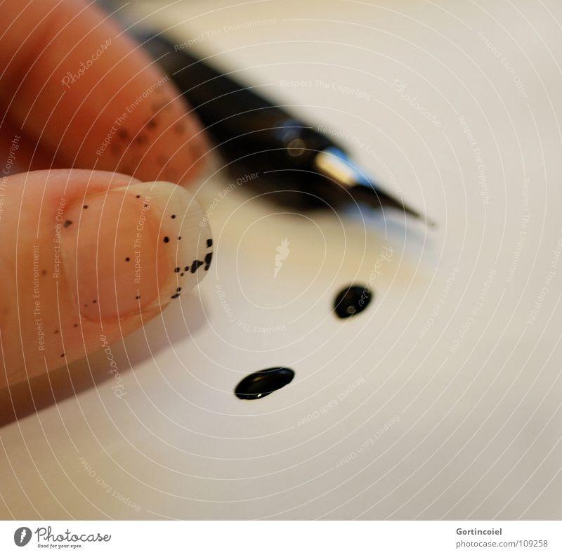 Quel Malheur! Schreibstift Füllfederhalter Tusche Tinte Brief spritzen Hand Finger Fingernagel Unfall Missgeschick Papier ausgelaufen schwarz weiß Makroaufnahme