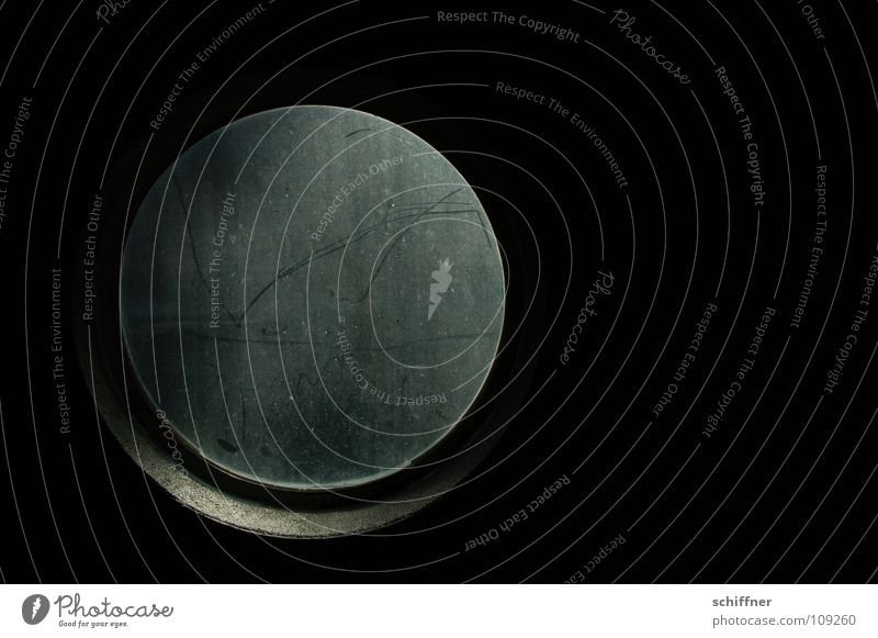 The Hole schwarz dunkel Fenster grau Traurigkeit Angst Kreis Loch Aquarium Fensterscheibe Durchblick Ausweg ausweglos Fensterputzen