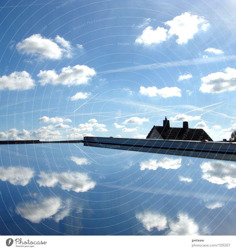 Chaos Wolken Haus Dach Fenster Reflexion & Spiegelung Baum chaotisch durcheinander Streifen Flugzeug Himmel blau Kondenstreifen Schornstein sky clouds airplane