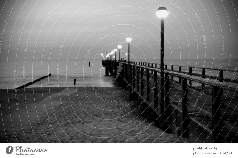 Tatort: XY ungelöst Horizont Meer Teich See Gewässer Wellen nass Steg Anlegestelle Umweltschutz Unendlichkeit Säule Küste grau schwarz weiß Nebel Meeresspiegel