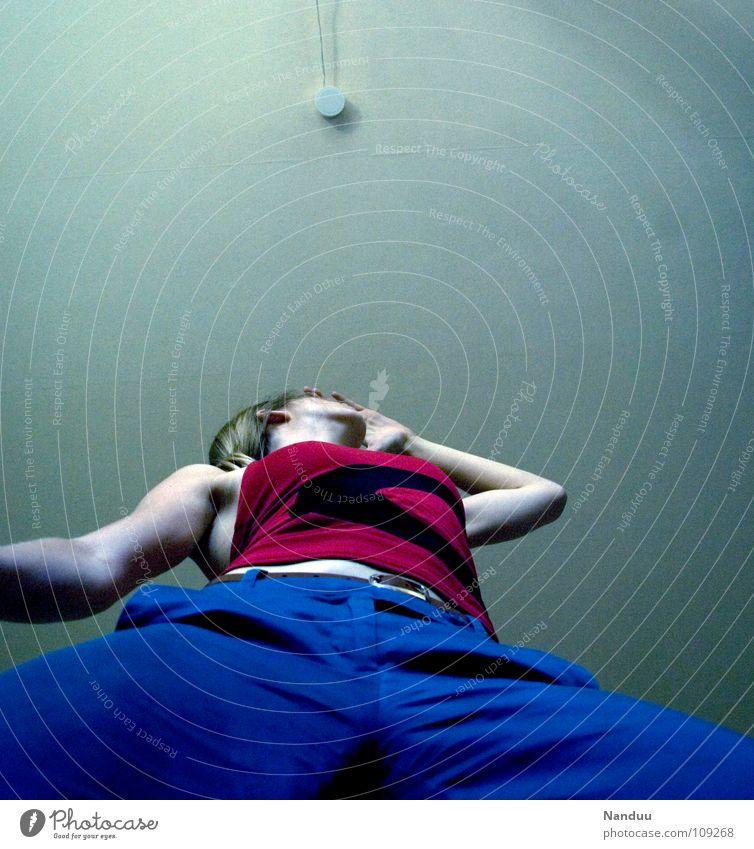 Größenwahn Frau Erwachsene Hose gigantisch groß hoch blau rot Kraft Macht Mut Koloss Zimmerdecke aufstrebend Held aufwärts Froschperspektive Textfreiraum oben