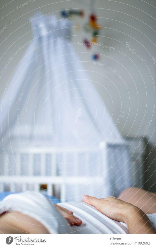 Blick in die Zukunft ... Bett Babybett feminin Junge Frau Jugendliche Mutter Erwachsene Bauch 1 Mensch 30-45 Jahre liegen schlafen hell Sauberkeit schwanger