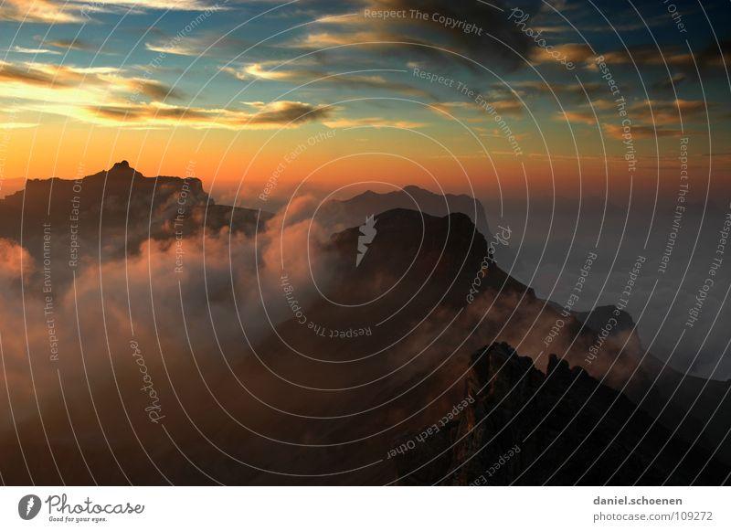 ganz oben Sonnenuntergang Cirrus Klimawandel Schweiz Berner Oberland Bergsteigen Freizeit & Hobby Ausdauer weiß Wolken Hochgebirge Sauberkeit Luft zyan gelb