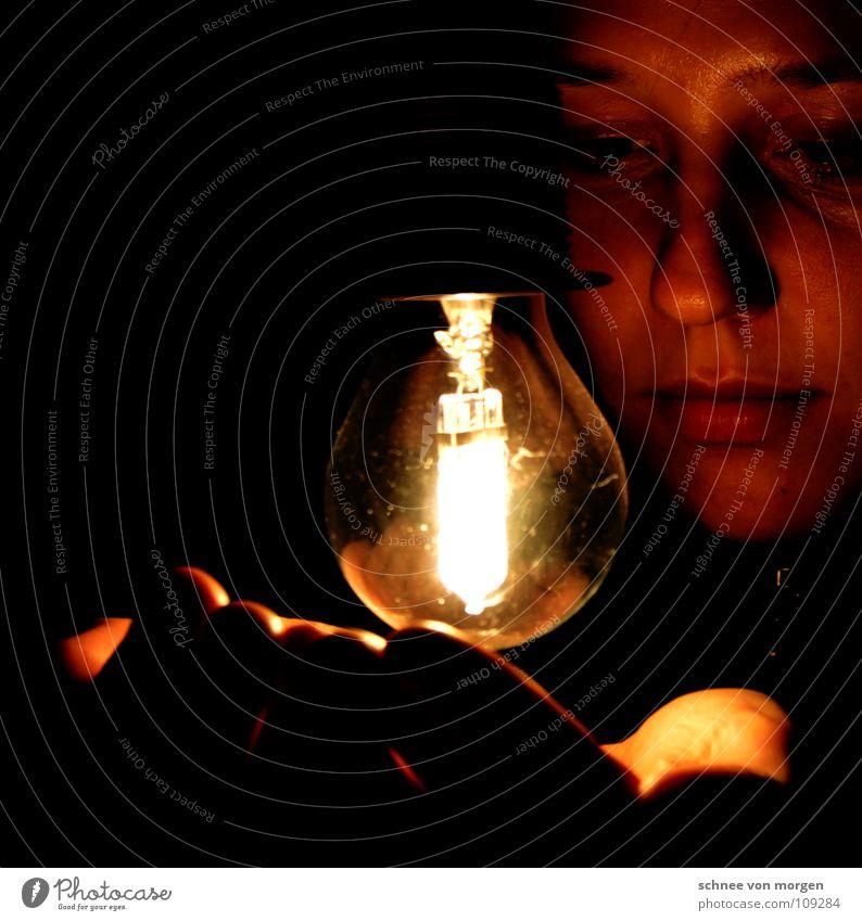 sichtkontakt Frau Mensch Hand Winter ruhig Lampe dunkel Herbst Wärme hell Dekoration & Verzierung