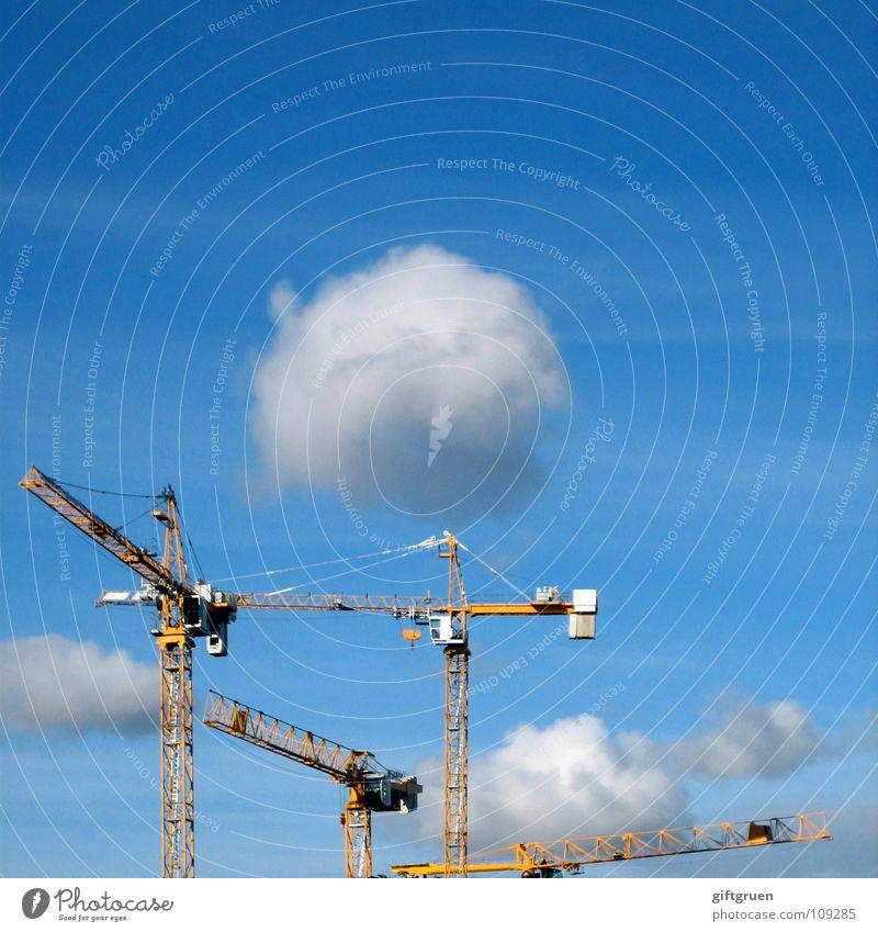 wolkenbaumeister Himmel weiß blau Wolken Baustelle Handwerk bauen Kran schlechtes Wetter
