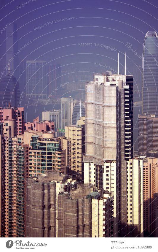gruppenbild mit hochstaplern. Wohnung Haus Hongkong China Asien Stadt Hafenstadt Stadtzentrum Skyline bevölkert überbevölkert Hochhaus Turm Bauwerk Gebäude