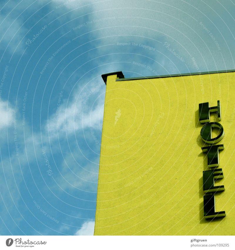 hotel Himmel weiß blau Haus Wolken gelb Gebäude schlafen Schriftzeichen Baustelle Buchstaben Hotel Zeichen Typographie Symbole & Metaphern schlechtes Wetter