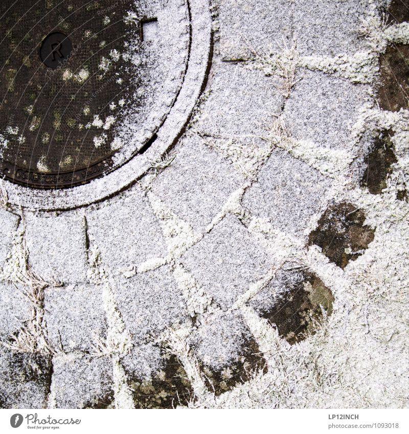 RULLI Umwelt Natur Winter schlechtes Wetter Schnee Klima rund Gully Zeichen Schriftzeichen Abwasser Kanalisation Pflastersteine Farbfoto Außenaufnahme