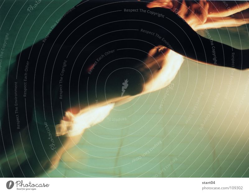 nachtblende Wasser dunkel Paar Wärme hell Schwimmbad Physik