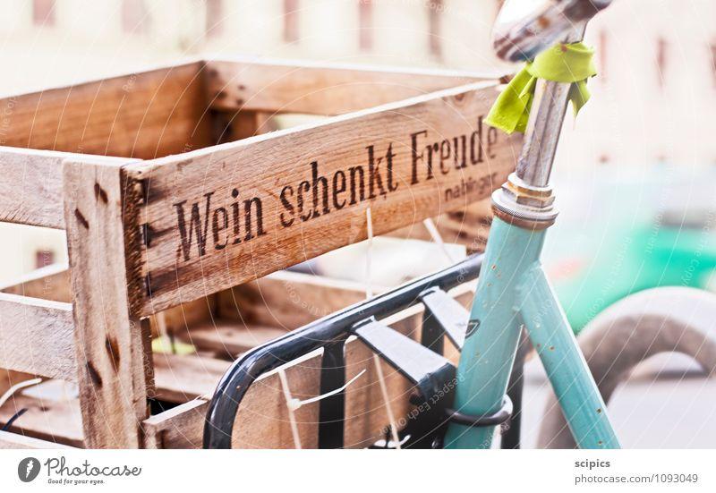 Wein schenkt Freude Stadt Sommer Sonne Erholung Wärme Leben Holz Park Fahrrad Ernährung Schriftzeichen Lebensfreude Fahrradfahren kaufen Schönes Wetter Getränk