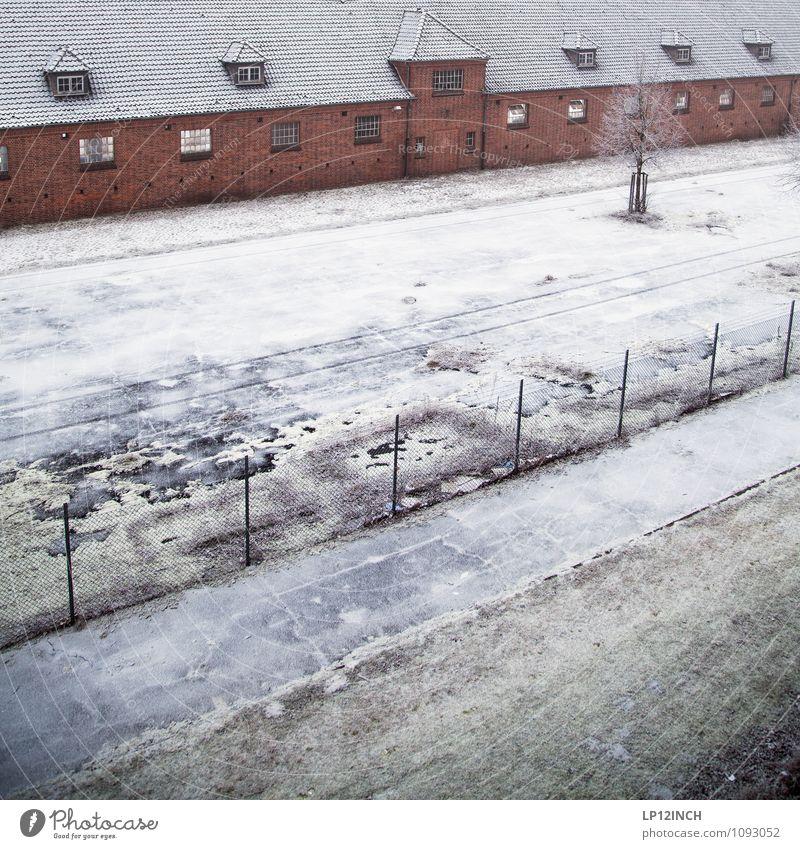 Täglich grüßt diese Aussicht. II Einsamkeit Haus Winter Architektur Schnee Gebäude Freiheit trist Bauwerk Zaun Fabrik Verfall Unbewohnt Justizvollzugsanstalt