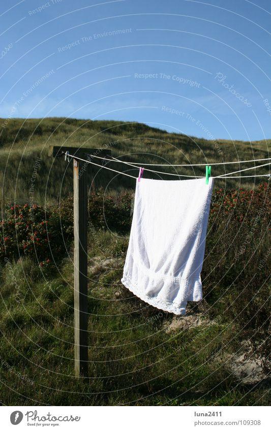 Zurück zu Hause... Himmel weiß grün blau Gras Holz Wind Seil Bad Schnur Stranddüne Wäsche Pfosten wehen trocknen Handtuch
