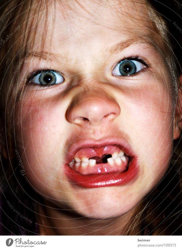 kleiner Teufel Kind fletschen Wut Zahnlücke gefährlich Ärger Gesicht Magenknurren zahnlos Auge Respekt beißen Zähne