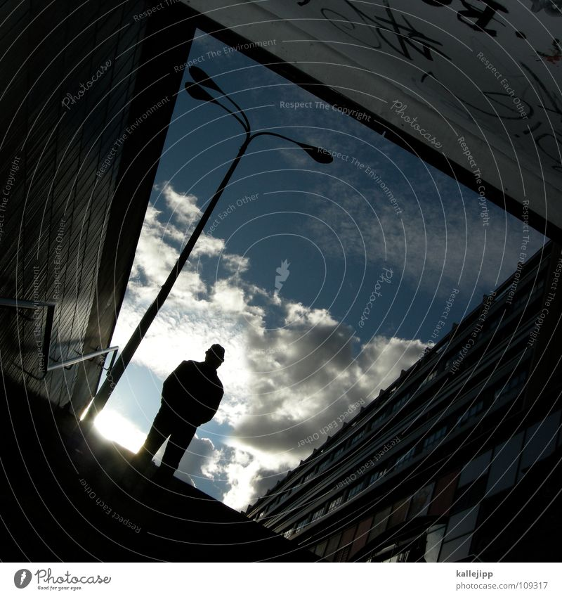 n Tunnel Mann Alexanderplatz Fußgänger Neugier Blick Plattenbau Lampe Laterne Straßenbeleuchtung Stadt Osten Berlin Wolken Gegenlicht stehen Fenster Schacht