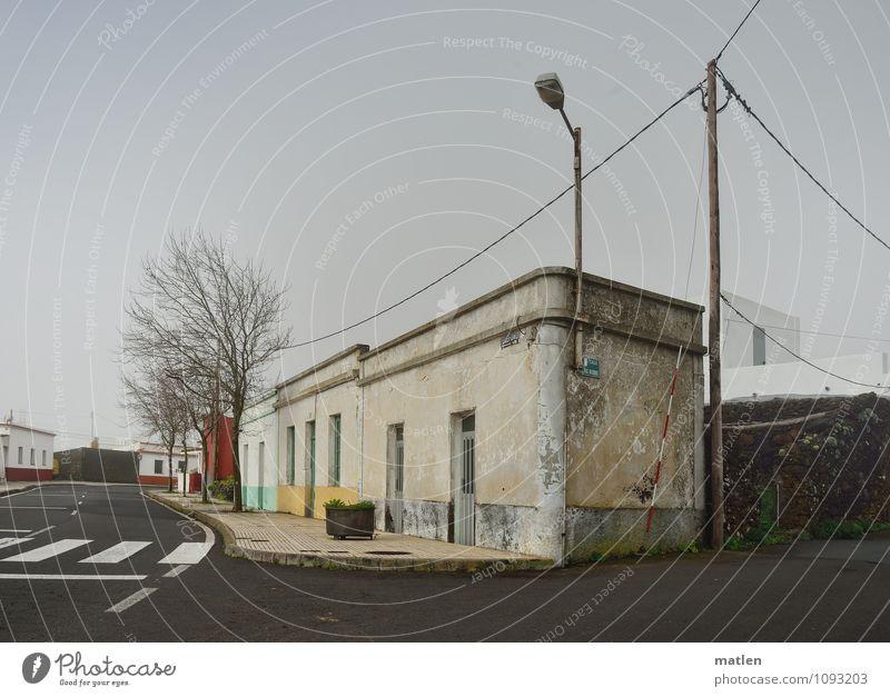 telefono Telefon Kabel Telekommunikation Dorf Stadtrand Menschenleer Haus Mauer Wand Fassade Fenster Tür Verkehrswege Straße Straßenkreuzung trist braun grau