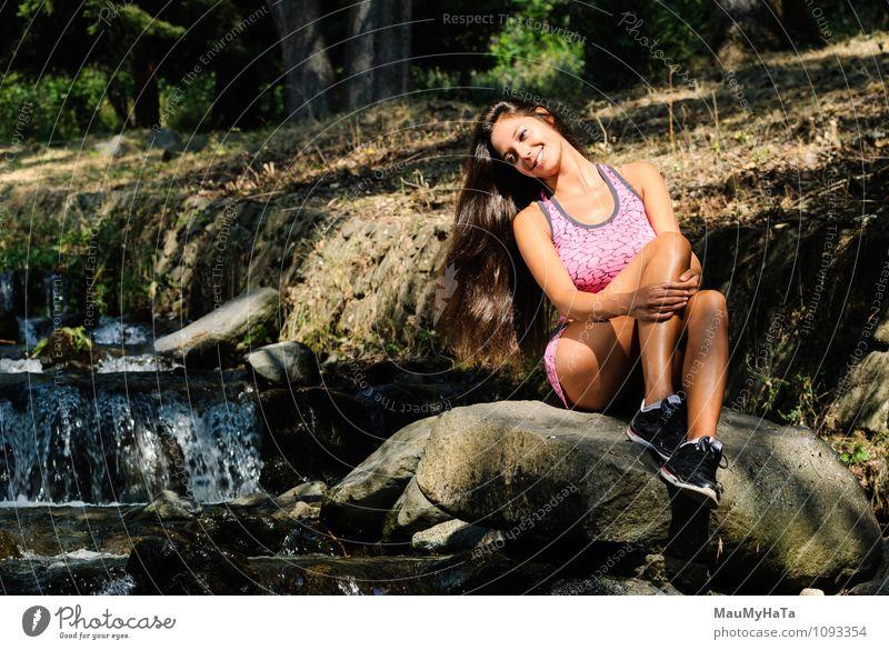 auf Felsbrocken ruhen Mensch Junge Frau Jugendliche Erwachsene 1 18-30 Jahre Blick Gefühle Fröhlichkeit Euphorie Coolness Optimismus Farbfoto Außenaufnahme Tag