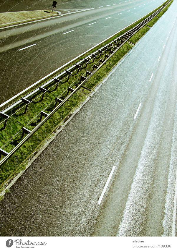 ::AUTOPISTA:: Autobahn Infrastruktur Verkehr Beton Leitplanke mehrspurig nass gefährlich Fahrzeug fahren Mittelstreifen Fluchtpunkt zentral grün grau schwarz