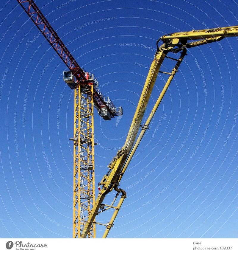 Bau-Giraffen, meint Lukas Himmel blau gelb Arbeit & Erwerbstätigkeit Bewegung Metall hoch Güterverkehr & Logistik Baustelle Turm Mut Handwerk Gewicht Kran