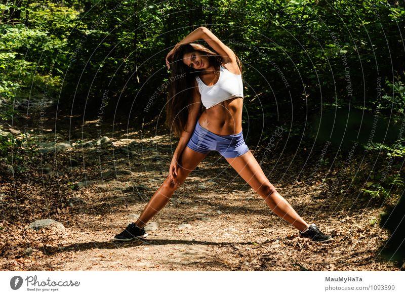 Sport Mensch Frau Natur Jugendliche Pflanze Sommer Junge Frau 18-30 Jahre Wald Erwachsene Bewegung Garten Arbeit & Erwerbstätigkeit Park Luft