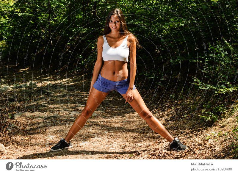 Mensch Frau Natur Jugendliche Pflanze Sommer Baum Junge Frau 18-30 Jahre Wald Erwachsene Bewegung Sport Park Erde authentisch