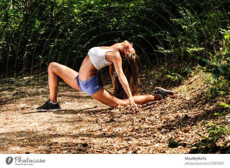 Mensch Frau Natur Jugendliche Pflanze Sommer Baum Junge Frau Blatt Mädchen 18-30 Jahre Wald Erwachsene Bewegung Gras Sport